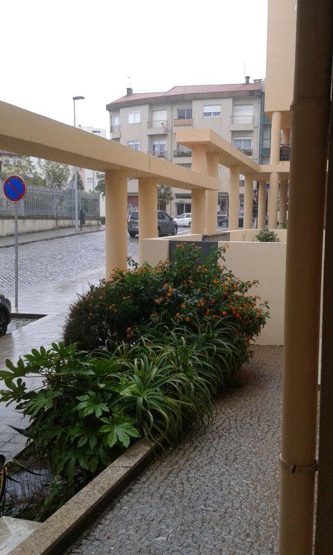 Nakukuju ze schodiště domu na ulici, ale dnes je počasí opravdu špatné