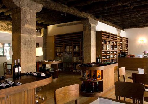 Prohlídka sklepů končí v lounge baru, kde si u vína v klidu posedíte