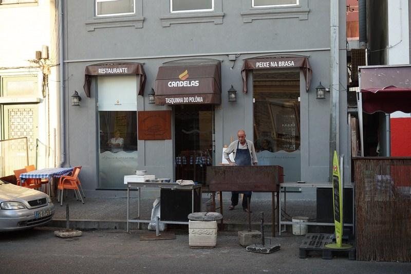 """Restaurace """"tasquinha"""" jsou po celém nábřeží v Matosinhos. Připraví vám sardinky na grilu. A nalijí k nim báječné víno."""