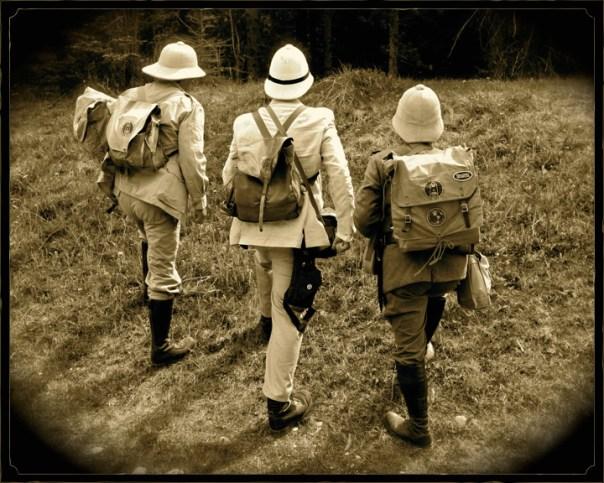 Tre utforskare på väg.
