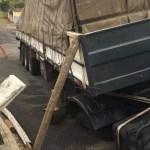 Caminhão fica preso em buraco após asfalto afundar em Bauru, SP