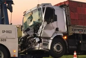 acidente entre moto e caminhões em São Carlos