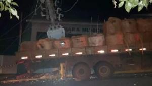 Caminhão derruba postes em Tejupá