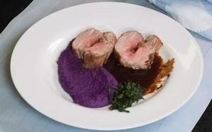 Filé suíno recheado de foie gras com purê de batata-roxa taioba e molho de carne