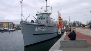 De Bernisse aan de kade met 2 andere historiche boten in Hellevoetssluis