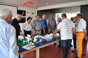 Eddy geeft uitleg bij de maquette van Boelwerf in AC De Zaat