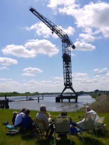 Bijeenkomst op de Scheldedijk met scheepskraan op de achtergrond