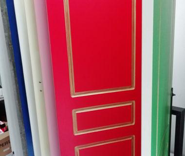 Межкомнатная окрашенная дверь с патиной