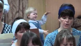 Малко момиченце дирижира хор