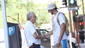 Този мъж се преструва на бездомник и прави нещо невероятно не всеки, който му помага