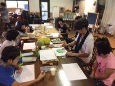 知的障害を持つ子供達 に絵画制作を指導。 デザイン製品を共作。