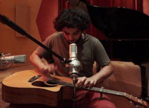 Les belles notes folk de Zitoune et sa guitare