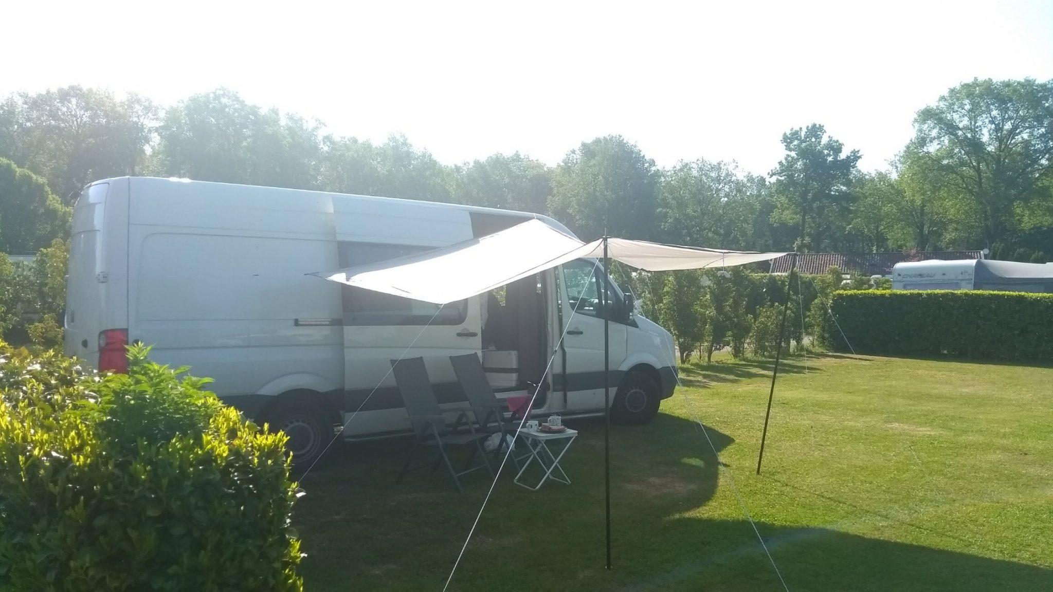 Boris met tarp op de camping