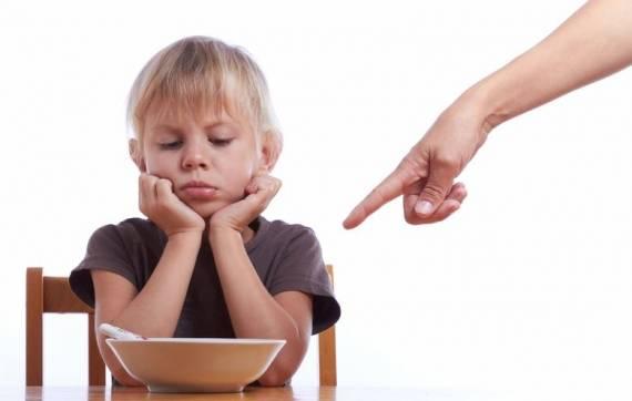 forçar criança a comer
