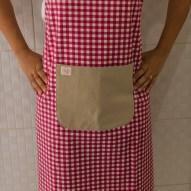 Avental de Cozinha Xadrez Rosa Bolso Bege