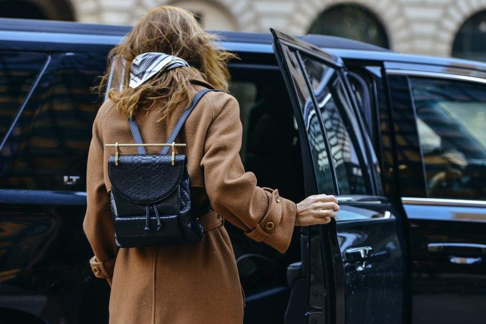 street-style-leather-backpack-camel-tan-coat-neutral-oracle-fox