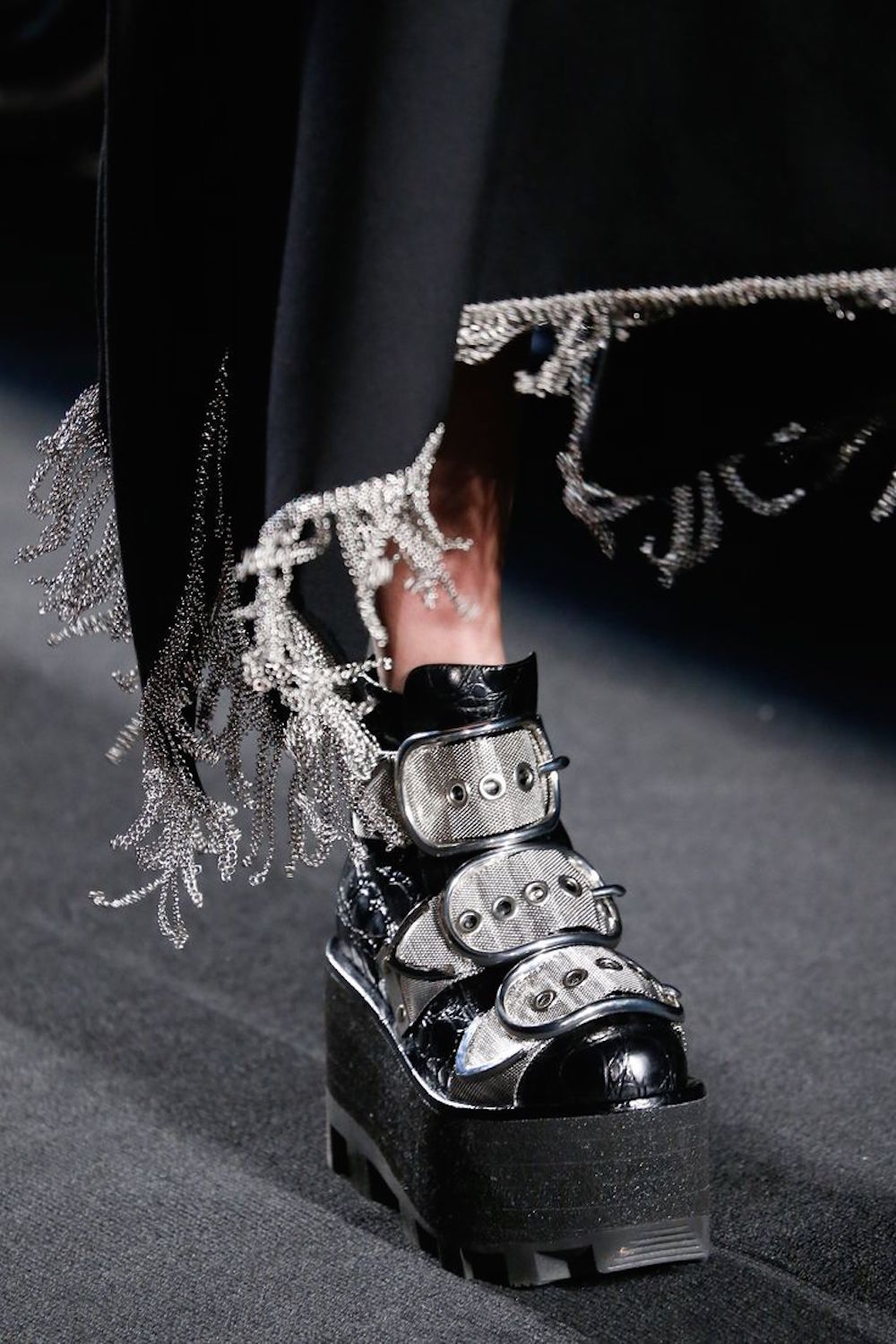 sivler-alexander-wang-aw15-rtw-runway-buckle-oracle-fox