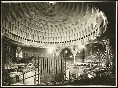 Poelzig Hans (1869-1936), Großes Schauspielhaus in Berlin (1919): Innenräume im Bau. Foto auf Papier, 18 x 24 cm (inkl. Scanränder). TU UB Plansammlung Inv. Nr. F 1600.