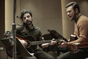 Oscar Isaac synger og spiller selv, her i selskab med popikonet Justin Timberlake.