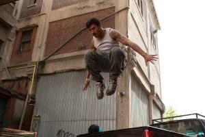 David Belle, der også spiller Lino, har koreograferet filmens actionscener og er en mester i parkour. Foto: Scanbox Vision.