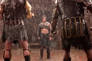 Kit Harington, kendt fra Game of Thrones, er leveringsdygtig i muskler, sixpack og blodig action. Foto: Nordisk Film.