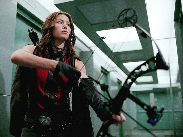 Abigail Whistler (Jessica Biel) gjorde sig bemærket med en compound bue, lang tid før Katniss Everdeen overhovedet kunne drømme om det. (Foto: SF Film)
