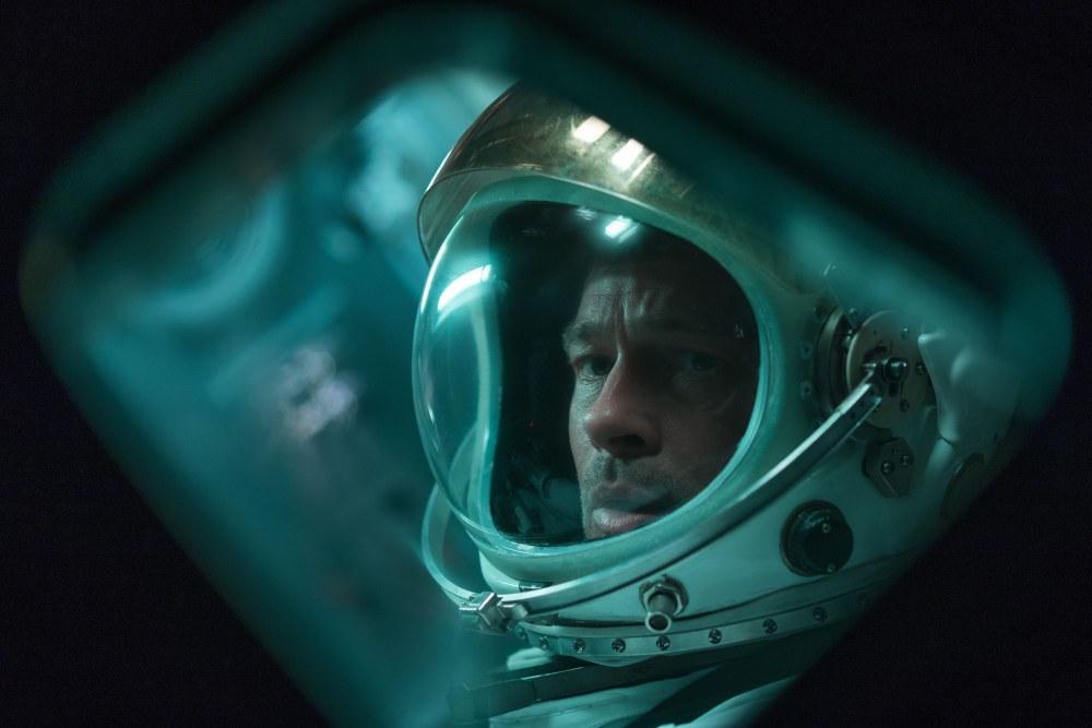 Brad Pitt gør det fremragende som introvert, plaget og underspillet rumhelt. (Foto: Nordisk Film)