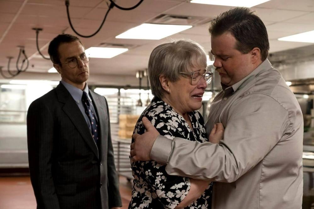 Richard Jewell (Paul Walter Hauser) og hans mor (Kathy Bates) er oppe imod en mediestorm og FBI-efterforskning, som advokaten Watson Bryant (Sam Rockwell) forsøger at bekæmpe. (Foto: IMDb)
