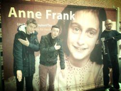 Quenelle hälsning framför en affisch med den judiska flickan Anne Frank