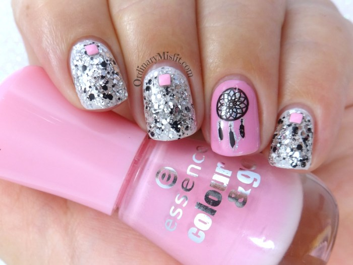 Glitter dream catching nail art