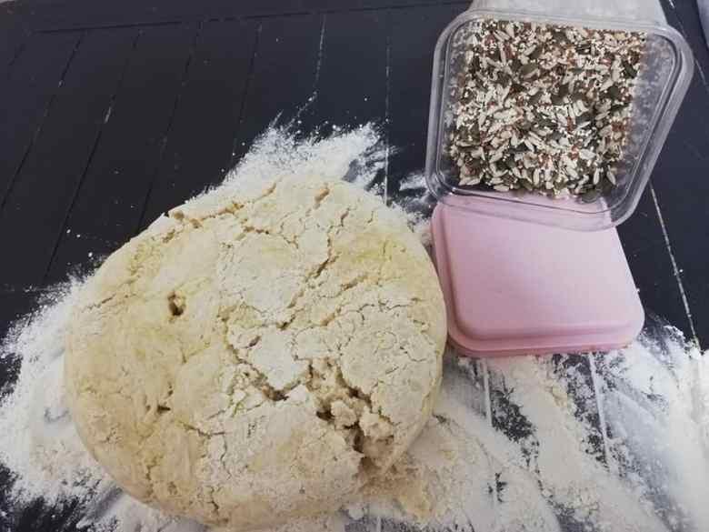 pâine de casă cu semințe ambitie cu o pâine mare