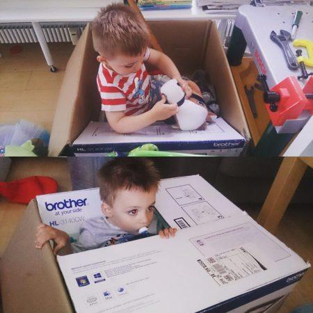 En papkasse er fantastisk legetøj - værelse eller ej!