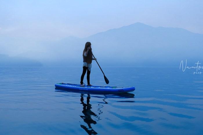 日月潭SUP立槳體驗|清晨的日月潭誇張美!在飄渺晨霧中穿梭寧靜湖面+看日出~SUP滑人水上體驗俱樂部