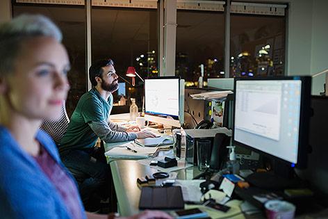 Menschen arbeiten in einem Büro