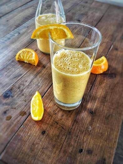 Sinaasappel smoothie met kaki, banaan en mango