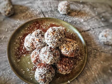Cacao bliss balls met kokos, Cacao bliss balls, Cacao bliss balls recept, Bliss balls, Chocolade blissballs met rauwe cacao, Gezonde bliss balls, Bliss balls gezond, Energy balls recept dadels, gezonde snack, tussendoortjes, organic happiness, biologisch, biologische foodblog