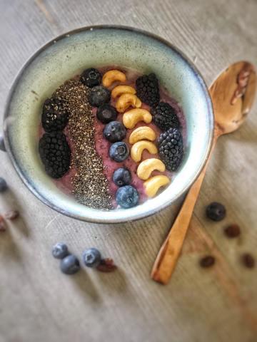 Smoothiebowl met bramen, Bramen smoothiebowl, Smoothie bowl met bramen, Smoothie bowl, Smoothiebowl maken, Smoothiebowl recepten, Hoe maak je een smoothiebowl, Zo maak je een smoothiebowl, Smoothie bowl zelf maken, Smoothie bowl pindakaas, gezond ontbijt, biologisch, biologische foodblog, organic happiness