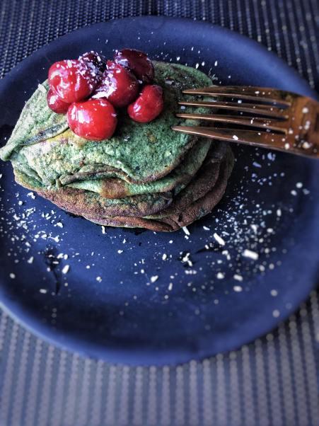Kerst pannenkoekjes met cranberry compote, Kerstpannenkoeken, Kerst pannenkoekjes, Christmas pancakes, Pannenkoeken met cranberry compote, Pannenkoekjes met cranberry compote, Ontbijtpannenkoekjes, Gezonde ontbijt pannenkoekjes, Ontbijtpannenkoekjes van banaan, Ontbijt pannenkoekjes banaan, gezond kerstrecept, biologisch, biologische foodblog, organic happiness