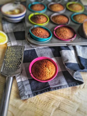 Citroen muffins met maanzaad, Citroen muffins maanzaad, Citroen-maanzaad muffins, Citroen maanzaad muffin, Citroen muffins, Citroen muffins gezond, Citroen muffins maken, Citroen muffins zonder suiker, Citroen muffins amandelmeel, Recept voor citroenmuffins, Gezonde citroen muffins, organic happiness, biologische, biologische foodblog