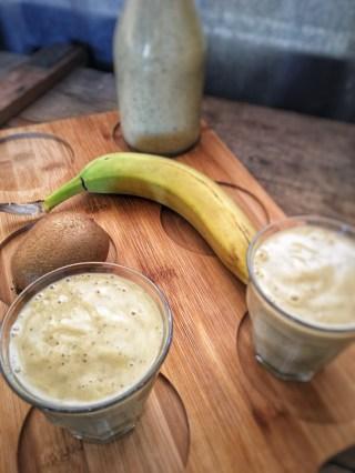 Smoothie met banaan en kiwi, Kiwi banaan smoothie, Smoothie van banaan en kiwi, Smoothie banaan kiwi zonder yoghurt, Smoothie banaan, Smoothie banaan kiwi, Smoothie banaan peer, Bananen smoothie, Bananen smoothie maken, Bananen smoothie zonder yoghurt, Smoothie met banaan en peer, Kiwi peer smoothie, Smoothie peer kiwi, Smoothie maken, smoothierecept, Organic Happiness, Biologische Foodblog, Biologisch