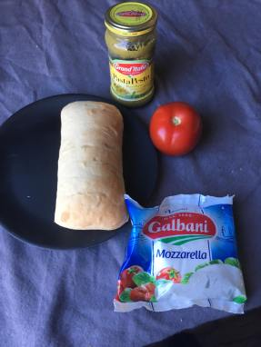 Ciabatta caprese, Ciabatta caprese sandwich, Ciabatta caprese met pesto, tomaat en mozzarella, Ciabatta caprese uit de oven, Ciabatta caprese lunchrecept, Caprese broodjes, Mozzarella ciabatta, Warme caprese, Ciabatta brood met mozzarella, Ciabatta recept, Ciabatta broodje, Ciabatta beleggen, Makkelijk ciabatta recept, Organic Happiness, Biologisch, Biologische Foodblog