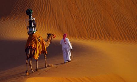 낙타가 구글 스트리트뷰 카메라를 장착하고 리와 사막(Liwa desert, UAE)을 횡단하고 있다(그림: 구글, 기사출처: The Guardian http://www.theguardian.com/technology/2014/oct/10/google-camel-street-view-trekker-camera-documents-liwa-desert).