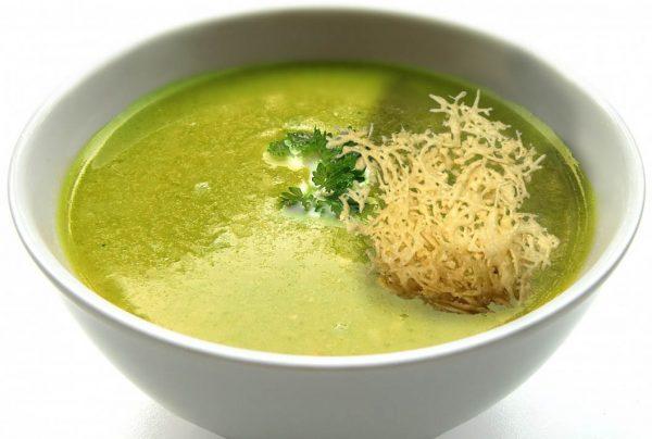 Receta de sopa de lechuga con queso crujiente