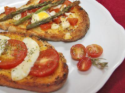 Receta de tostadas con tomate y huevos de codorniz