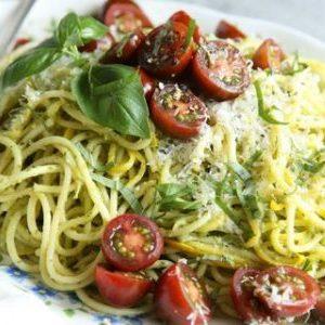 Espaguetis de zucchini al pesto con tomatitos cherry