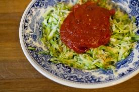 Zucchinispaghetti-mit-Tomatensauce
