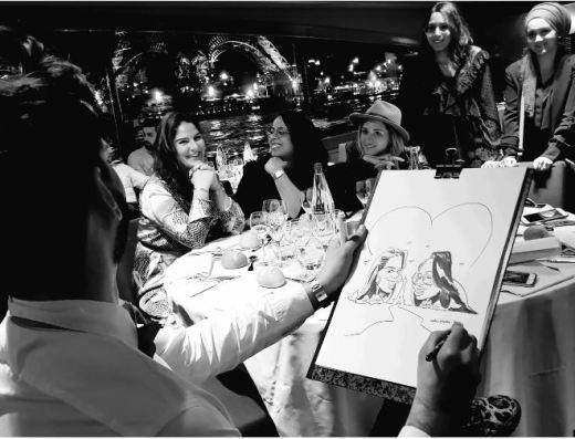 Wali-Yovan caricaturant un groupe d'amies.