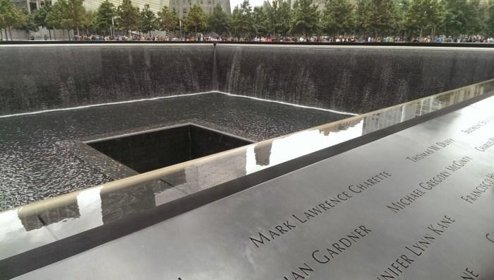 Närbild på minnesmärket över 9/11 i New York City