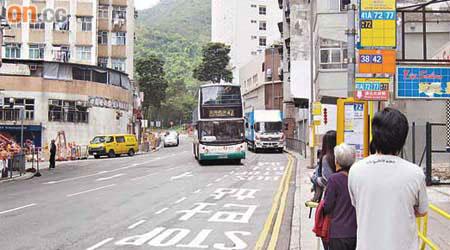 投訴:巴士站太分散玩殘乘客 - 東方日報