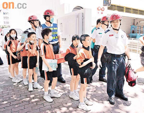 旅巴急停傷22學童 女生甩牙 - 東方日報
